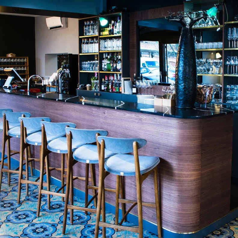 Bar sur mesure noyer marbre laiton
